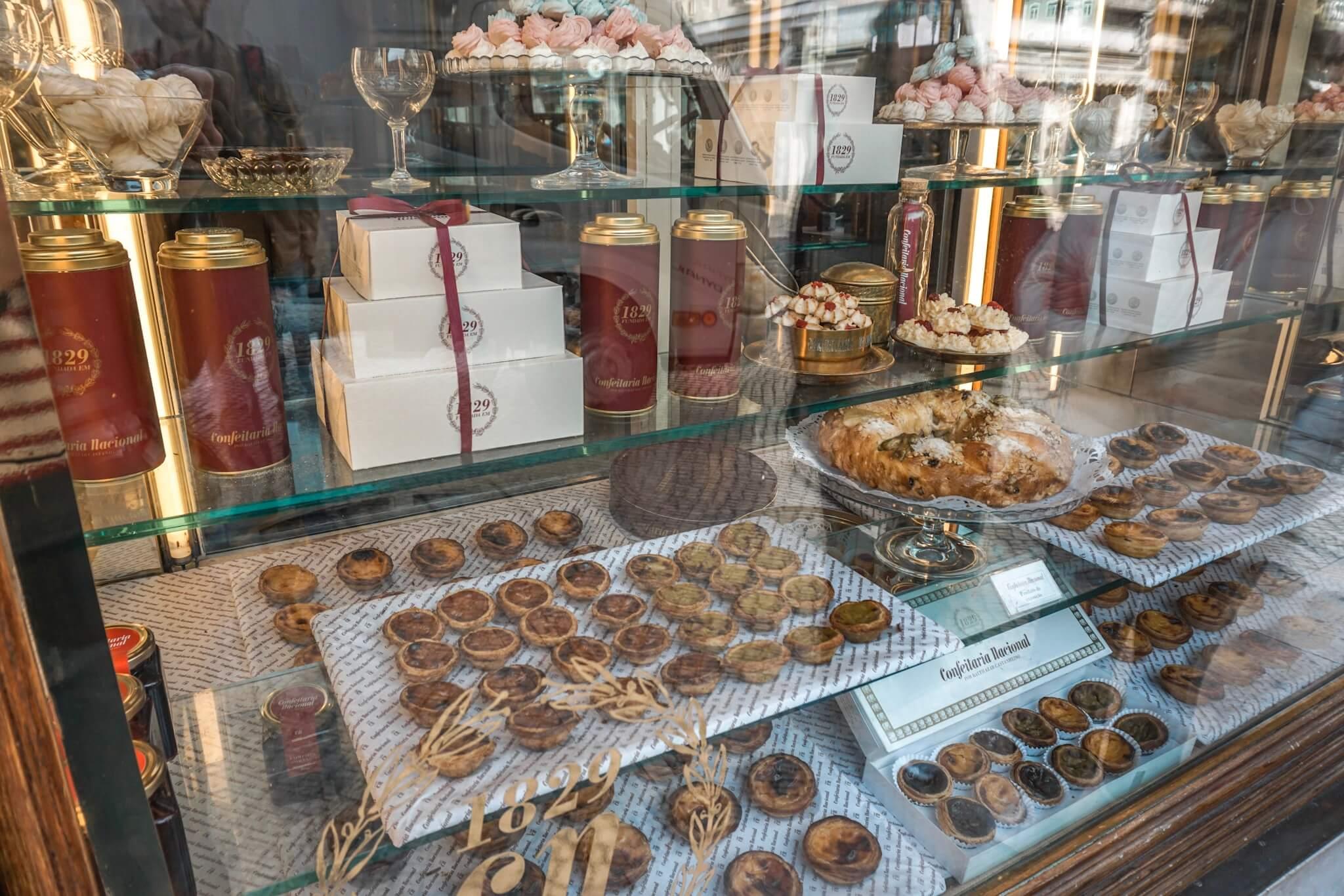 Il paraît que la boulangerie située à quelques mètres du monastères des  Hiéronymites est, depuis 1837, la seule à vendre les pastéis de Belém,