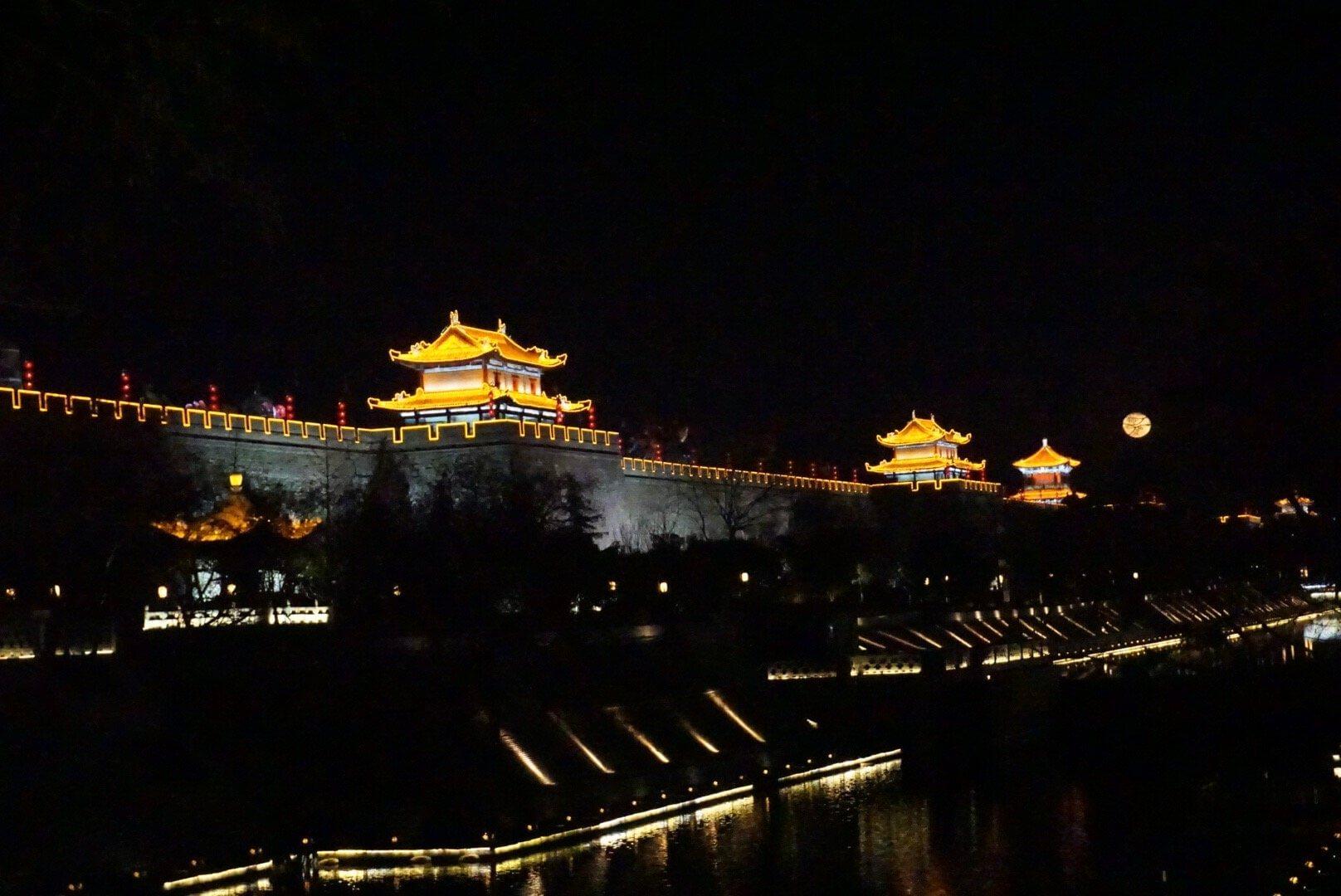 Xian de nuit en chine rempart illuminés