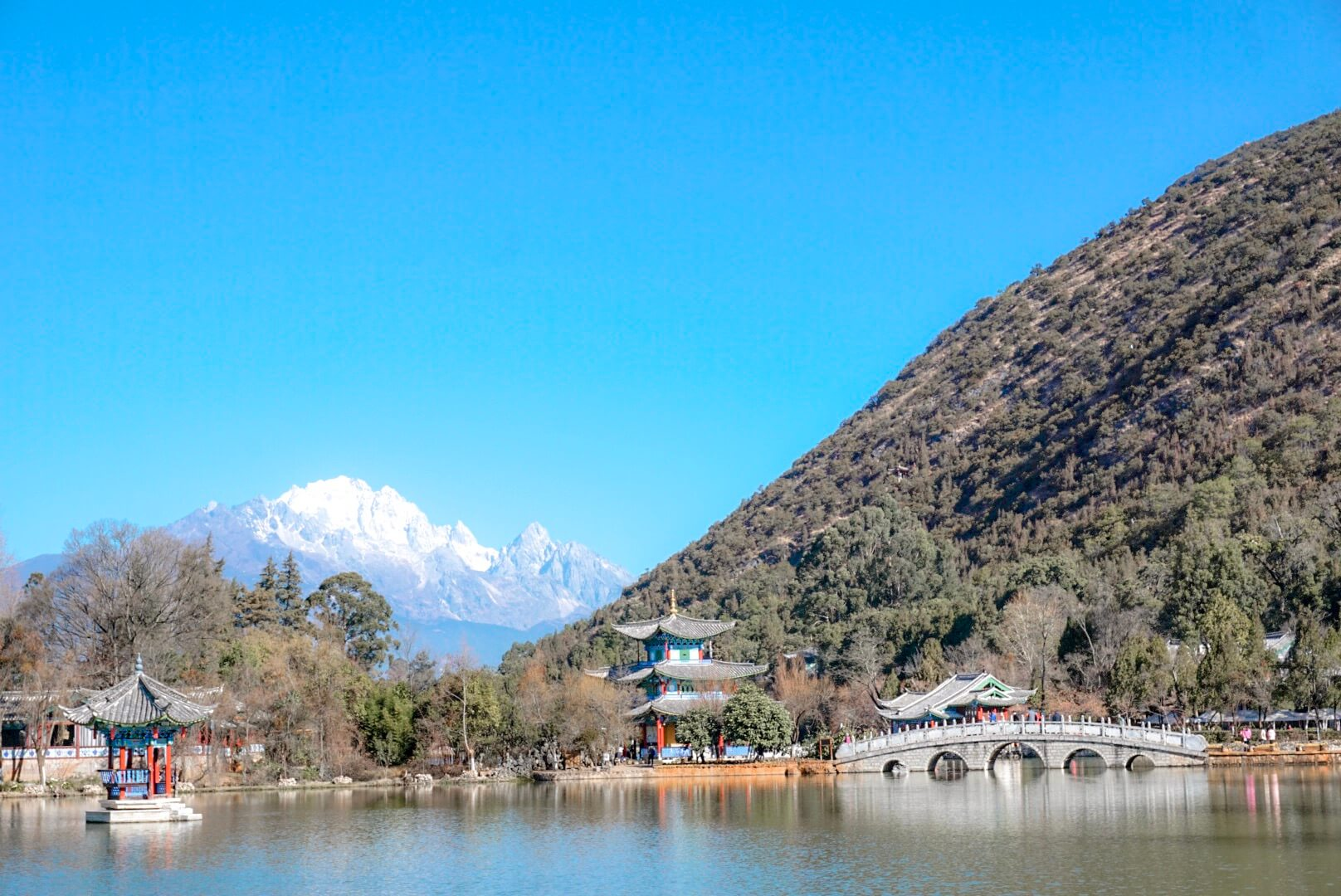 Lijiang black dragon pool vue sur montagne du dragon de jade chine
