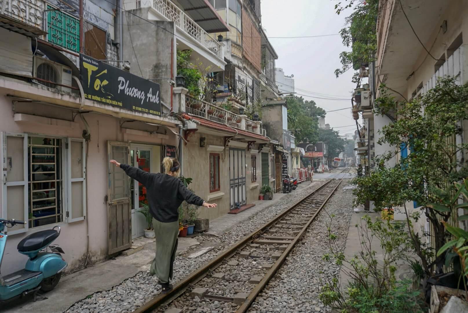 Train rue hanoi voie ferrée vietnam