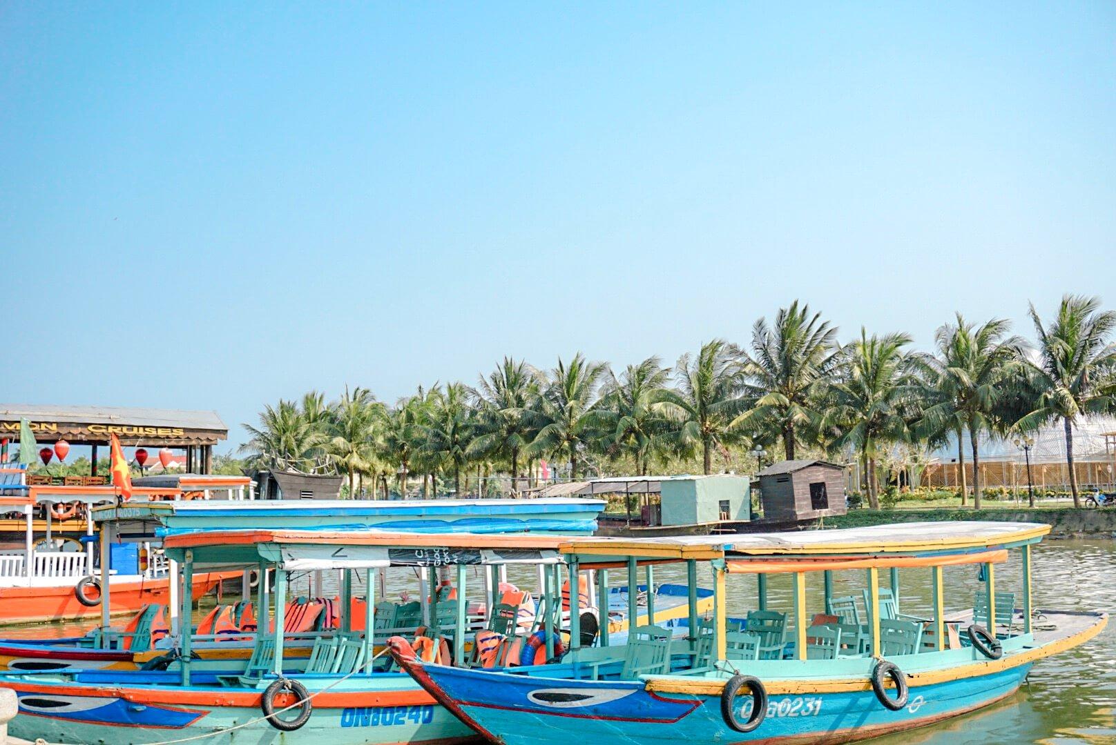 Rivière et bateaux colorés Hoi An Vietnam