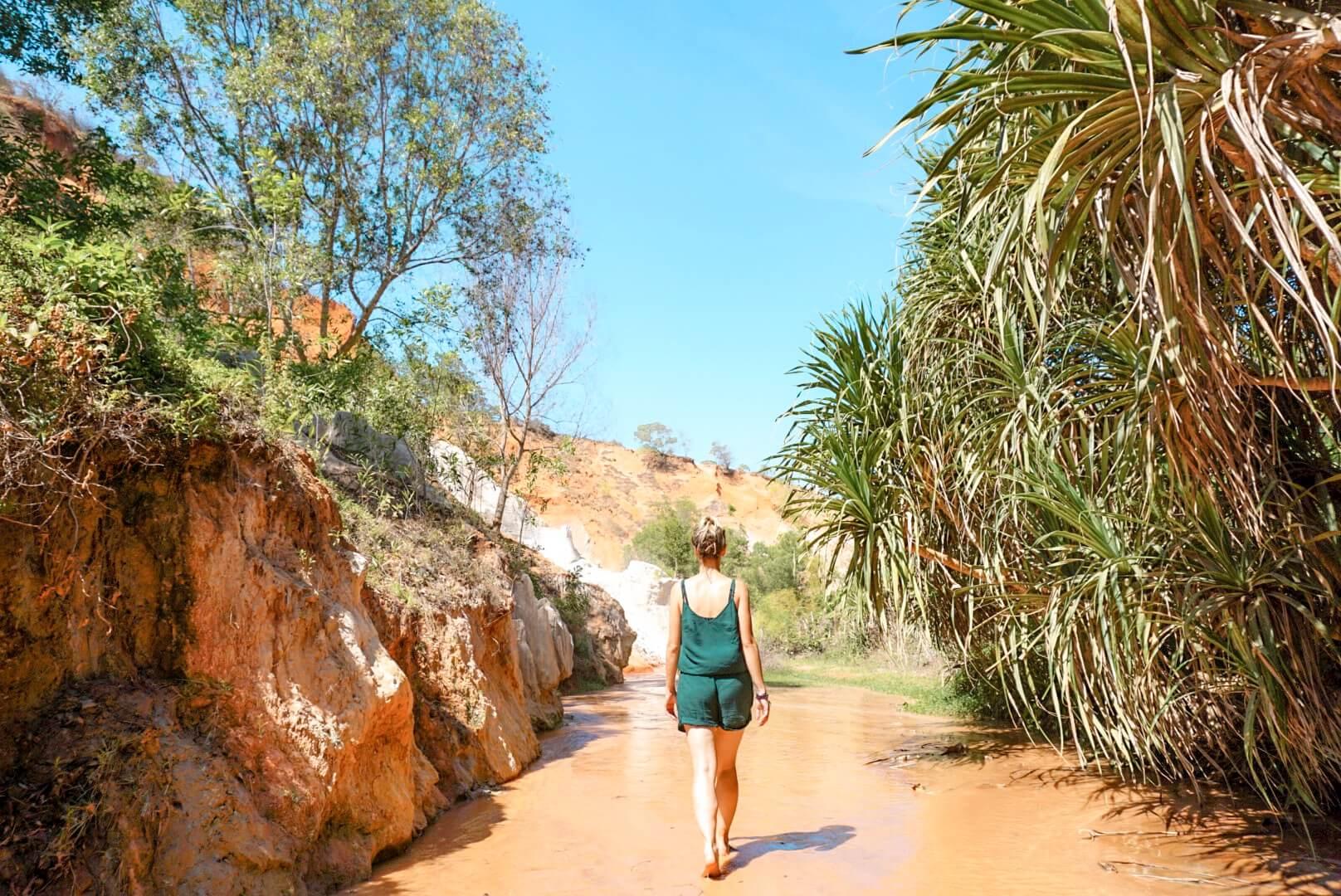 Visiter à pied le faire stream canyon rouge de mui né