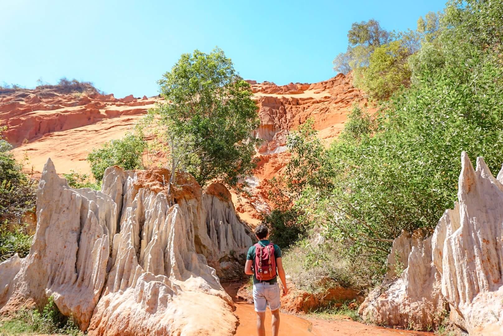 pieds nus dans le fairy stream canyon rouge de Mui Né Vietnam