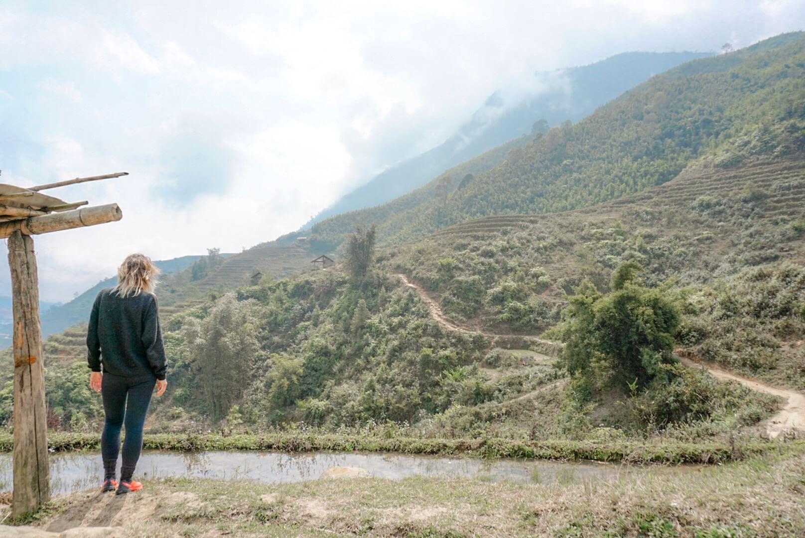 randonnée sapa riziere avec femme hmong