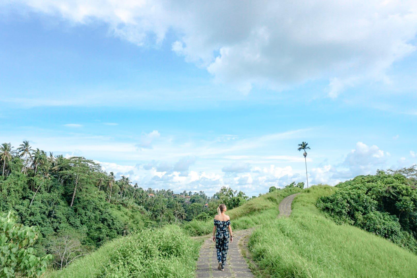 Se promener sur le sentier près d'Ubud Bali Indonésie