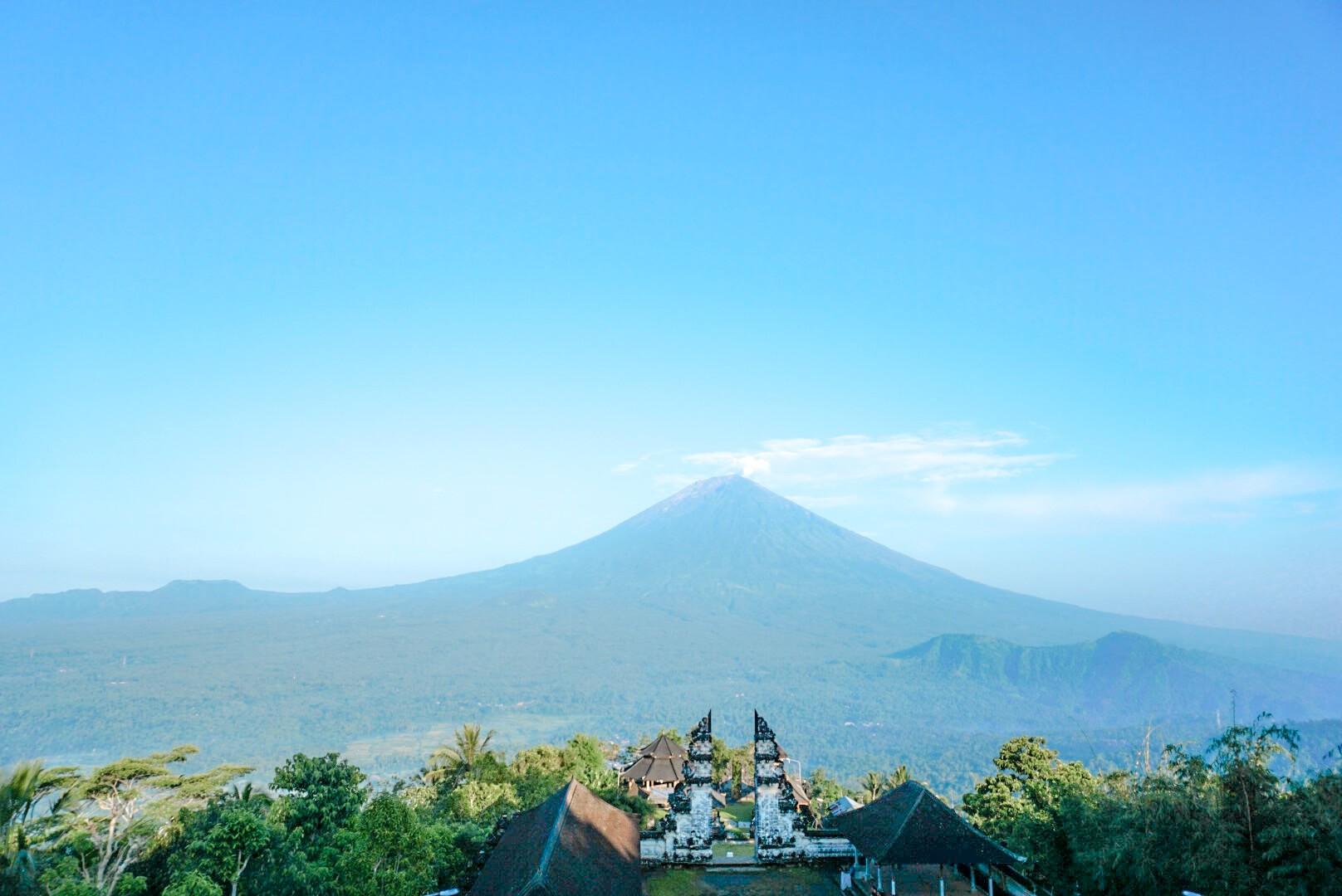 voir le volcan Batur depuis le temple Pura Lempuyang Bali