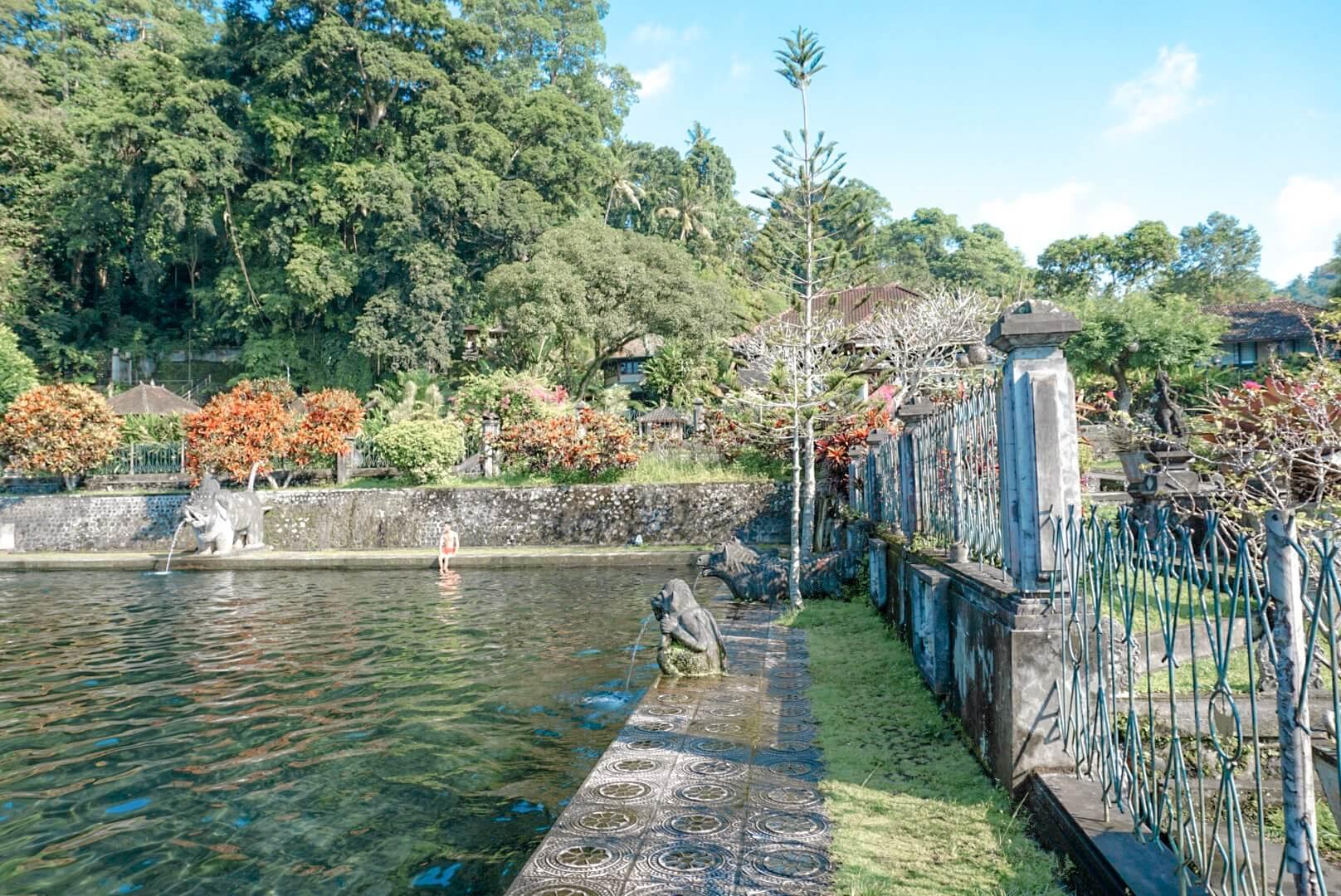 comment aller se baigner dans la piscine du temple tirta Ganga amed Bali