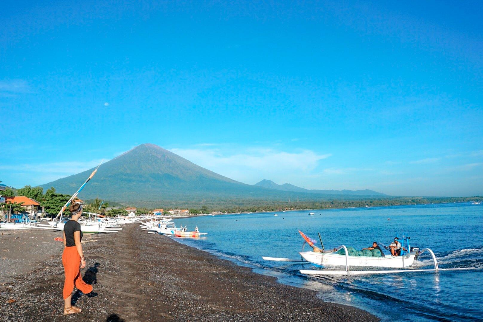 aller plage amed Bali volcan et pêcheurs