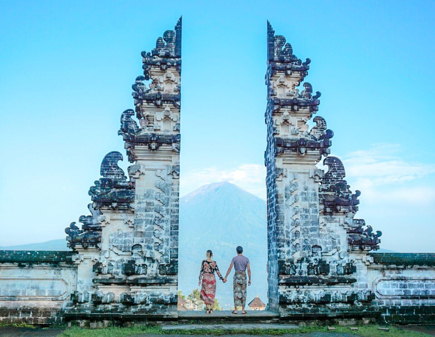 photo de la porte du temple Pura Lempuyang Bali sur le volcan Batur