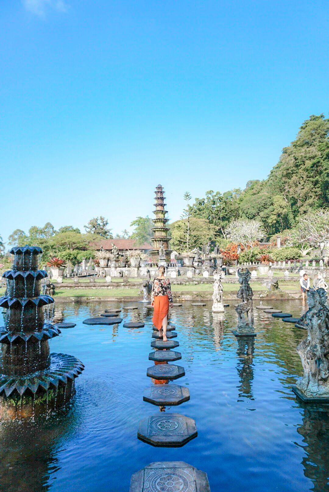 marcher dans la fontaine du temple de tirta Ganga amed Bali indonésie