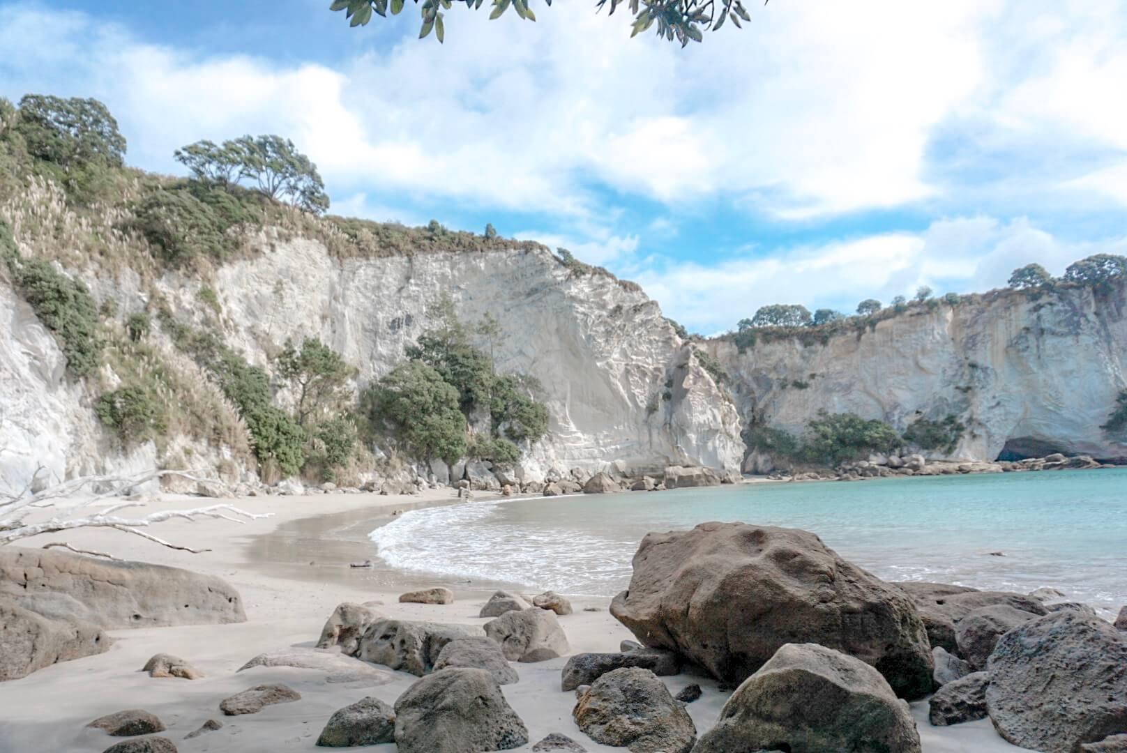 Visiter Plage avec magnifique falaise Cathedral Cove Nouvelle Zélande