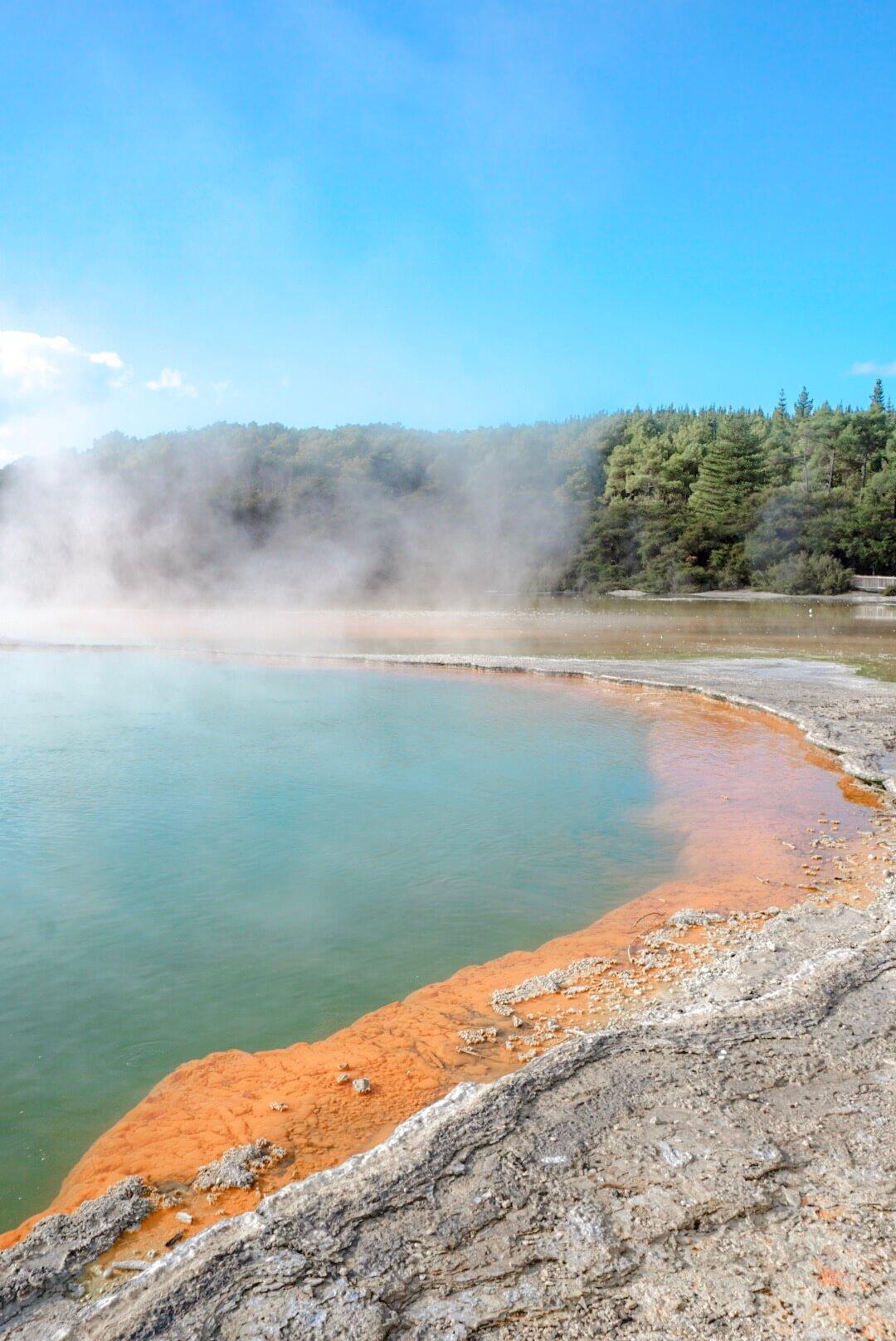 Le Bassin coloré de Wai-O-tapu la champagne pool
