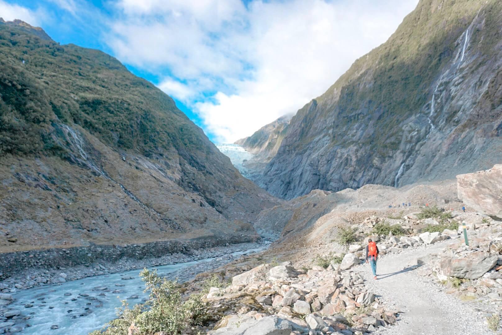 Marcher sur le sentier du glacier Franz Joseph