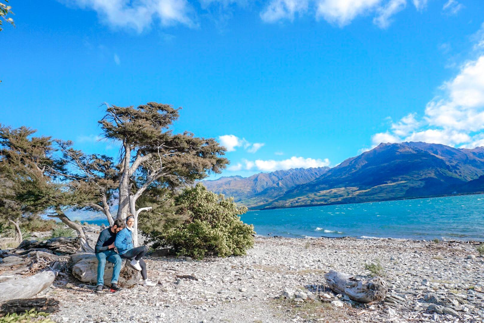 Camper sur le bord du lac de Wanaka